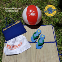 Kit para un día de Playa Cómoda Zapatilla varios colores, esterilla plegable en forma de bolso, Toalla de algodón y pelota de playa personalizada.