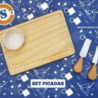 Set de Picadas Tabla de picar en madera de pino con un coqueto porta aderezo de cerámica y un práctico juego de cubiertos. Para más informes comunicate al whatsApp 0982-950800 Lìnea baja 021-208208 o escribenos en la galería de contactos