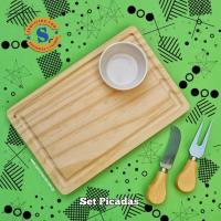 Set Picadas Tabla de picar en madera de pino con un coqueto porta aderezo de cerámica y un práctico juego de cubiertos. Para más informes comunicate al whatsApp 0982-950800 Lìnea baja 021-208208 o escribenos en la galería de contactos